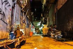 Typisk murken bakgata i Kowloon, Hong Kong Arkivbilder