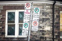 Typisk nord - amerikanen som ingen parkering undertecknar med detaljanvisningar på parkeringsreglementet som tas i Toronto, Ontar Royaltyfria Foton