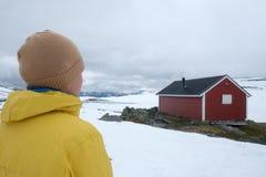 Typisk norskt rött trähus Arkivbild