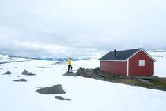 Typisk norskt rött trähus Arkivbilder