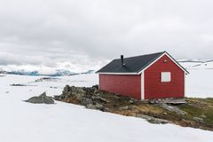 Typisk norskt rött trähus Royaltyfria Foton