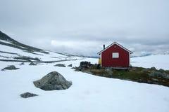 Typisk norskt rött trähus Arkivfoto
