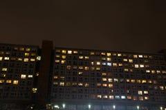 Typisk panel som bygger berlin på natten arkivbilder