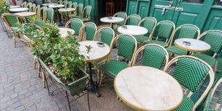 Typisk Paris kafé Arkivbild