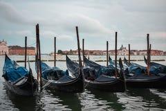 Typisk plats av parkerade gondoler i Venedig royaltyfria bilder