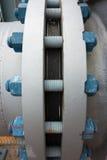 Typisk polymer täckte bultar och muttrar som förbinder flänsar Arkivbild