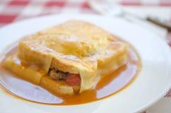 Typisk Portugal mat i Porto område: Francesinha arkivbild