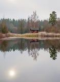 Typisk röd kulör svensk stuga Arkivfoton