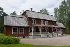Typisk rött scandinavian trälantbrukarhem i Helsingfors, Finland Royaltyfri Bild