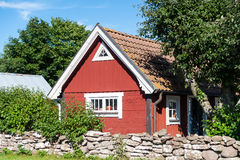 Typisk rött svenskt lantbrukarhem Royaltyfria Bilder
