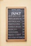 Typisk restaurang spansk Tapas Menu som är på engelska och, Seville Arkivbilder