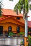 Typisk södra Florida för vertikalt foto hus med säkerhetsstaket a royaltyfri bild