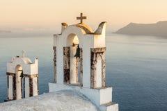 Typisk Santorini kyrka med sikt på det Egean havet Arkivfoton