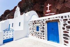 Typisk Santorini vitkyrka, Grekland Arkivfoto