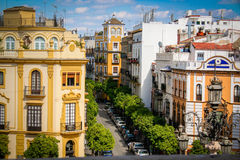 Typisk Seville gata, solsken och blå himmel royaltyfria foton