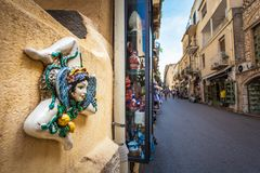 Typisk Sicilian souvenir i keramiskt symbolisera solskenet och triskelions - symbol av Sicilien royaltyfria bilder