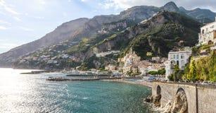 Typisk sikt av den Amalfi kusten med cityscapehavet och berg fotografering för bildbyråer