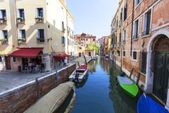 Typisk sikt av den smala sidan av kanalen, parkerade fartyg, Venedig, Italien Royaltyfri Fotografi
