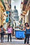 Typisk sikt av en gata av gamla havana i Kuba med folk och Arkivfoto
