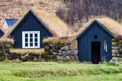 Typisk sikt av isländska hus i den Skogar byn i Island, Europa royaltyfri bild