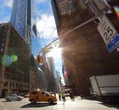 Typisk sikt av stadstvärgator i detta fall 7th med den 57th aven i NY-stad Arkivbild