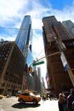 Typisk sikt av stadstvärgator i detta fall 7th med den 57th aven i NY-stad Arkivbilder