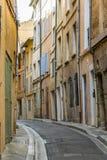 Typisk smal gammal gata i aixen Provence Royaltyfria Foton