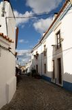 Typisk smal gata av den Terena byn som leder till slotten Arkivbild