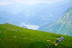 Typisk sommarbergSchweiz landskap royaltyfri foto