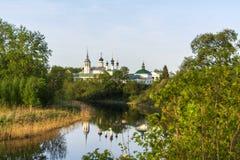 typisk springtime f?r slutligganderyss Kyrka ovanf?r floden i staden av Suzdal arkivfoto