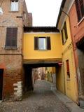 Typisk stads- landskap i Ferrara, Italien, i en regnig dag Arkivfoto