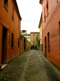Typisk stads- landskap i Ferrara, Italien, i en regnig dag Royaltyfria Foton