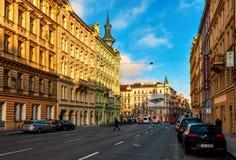 Typisk stadsgata och arkitektur av Prague Royaltyfri Bild