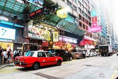 Typisk stadsliv på Nathan Road, Hong Kong Passerby- och vägtrafik, byggnader och tecken royaltyfri bild