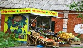 Typisk stall för grön livsmedelsbutik för ryss i Nizhny Novgorod Fotografering för Bildbyråer