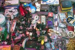 Typisk stall på en loppmarknad Arkivfoto