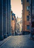 Typisk Sverige smal gata med kullersten, Stockholm, Sverige royaltyfria foton