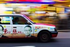 Typisk taxi i Hong Kong på natten Royaltyfria Foton
