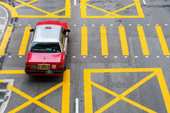 Typisk taxi på en väg i Hong Kong Arkivbild