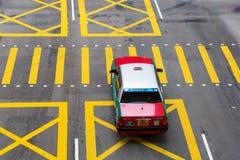 Typisk taxi på en väg i Hong Kong Arkivfoton