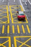 Typisk taxi på en väg i Hong Kong Royaltyfri Fotografi