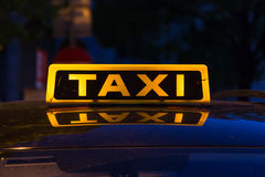 Typisk taxitecken på en bil royaltyfri foto