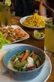 Typisk thai matpapayasallad, thai coctail, curry i Thailand Royaltyfri Bild