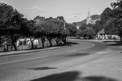 Typisk träd fodrad stadgata med kyrkan i Uniondale som är västra Arkivfoto