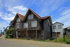 Typisk trähus på den Chiloe ön, Chile royaltyfri bild