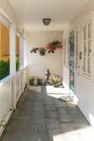 Typisk träterrass för vit med ingångsdörren Royaltyfri Fotografi