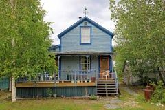 Typisk traditionellt trähus i Dawson City, Kanada Arkivbilder
