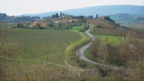 Typisk Tuscan landskap med de härliga gröna kullarna arkivfilmer