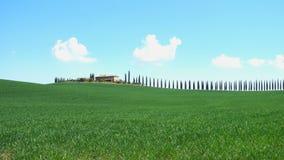 Typisk Tuscan landskap med de härliga gröna kullarna stock video
