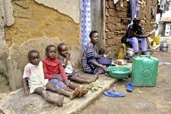 Typisk ugandisk enkel atmosfär i en slumkvarter Royaltyfri Bild